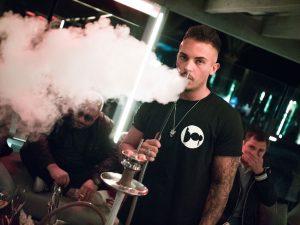 Camarero fumando shisha en el bar BOP